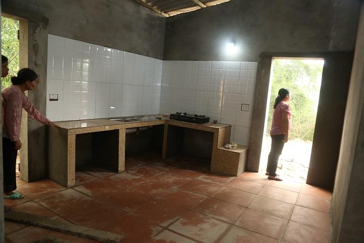 Bà Điểu xuống xem phòng bếp của căn nhà mới