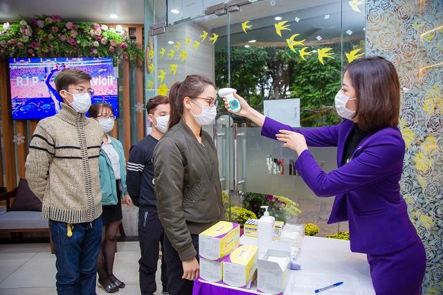 Để phòng ngừa virus Corona, kể từ 30/1/2020, tất cả khách hàng khi đến Dr Hoàng Tuấn đều được yêu cầu kiểm tra thân nhiệt, sát khuẩn tại chỗ và đeo khẩu trang y tế mới.